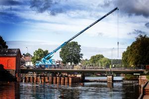 Herrgårdsbron under årets renovering. Nu är vattenavskärmningen bortplockad och om en vecka öppnar bron för fordonstrafik igen.