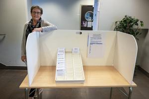 Ordföranden i Vivsta valdistrikt i Timrå, Britt-Louise Nyholm, står vid den skärm som numera är obligatorisk vid valsedlarna. Allt för att skydda valhemligheten.