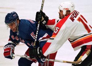 ...och följdes åt av Ulf Samuelsson, här i New York Rangers, som både draftades och debuterade samma år. Bild: AP Photo/Mike Ridewood