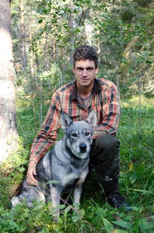 Foto: Ulrika Hedlund. Hundföraren Mattias Eriksson berättar att det under fredagen fälldes ytterligare en björn för jämthunden Hera.