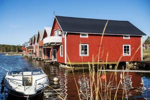 I fiskeläget Hårte kan man njuta av de pittoreska omgivningarna. Här finns ett härligt havsbad - perfekt att avnjuta den medhavda lunchen på.
