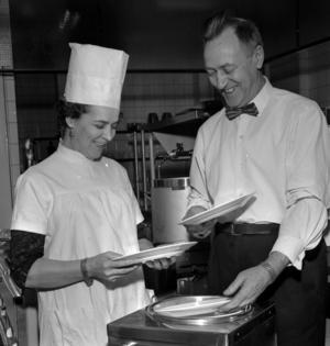 """Krögarparet Agda och Knut Gradin tog över Antons vinrestaurang i Gävle 1951, strax efter försöket med """"American restaurant"""". Foto: Arbetarbladets arkiv"""