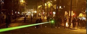 Vid upploppen i Grekland använde en demonstrant grön laser mot polisen.