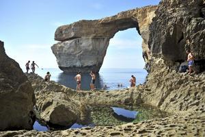 Azure Window är en hundra meter hög stenbro som går rätt ut i havet vid Dwejra på Gozo.