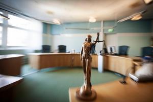 Behöver straffen bli längre? Bilden: Fru Justitia i en rättssal.