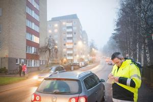 Avesta kommun har i dag tre personer som har rätt att dela ut så kallade parkeringsanmärkningar till förare som parkerar fel. Thomas Östlin, parkeringsvakt, delade ut en sådan när kommunen var på plats vid Bergsnässkolan. Eftersom att en person parkerat på en busshållsplats tvingas hen betala 500 kronor.