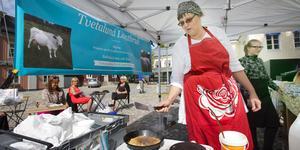 Karin Jansson på Tvetalund lantbruk är överraskad men mycket glad över silvermedaljen i kategorin oljemarinerad ost på SM i mathantverk. Bilden är från ett av de tillfällen då hon har varit med på Bondens marknad i Västerås. Arkivfoto: Rune Jensen