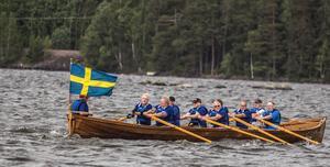 Det vinnande laget paddlade mot vindar och vågor när det årliga kyrkbåtsracet genomfördes på Åmänningen.