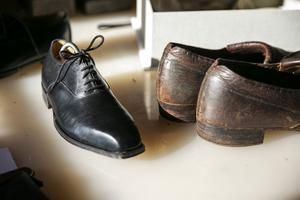 I ateljén finns ett par svarta handgjorda skor som inspirationskälla.