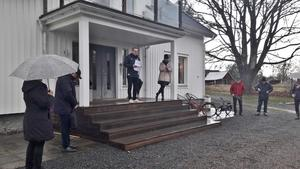 Församlingens ordförande Johan Cederholm öppnar församlingsmötet i sin trädgård. Foto: Gunnar Nimmersjö