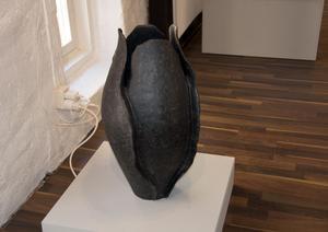 Blomma, vas eller torso - i Annkatrine Karlstrandskonst ser man hur lika formerna är.