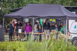 Många tog skydd när regnovädret drog in vid lunchtid på torsdagen.