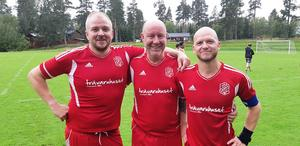Tre glada målskyttar när Arbrå BK/Vallsta IF äntligen kunde bryta en sällsynt trist trend – Simon Nilsson, Peter