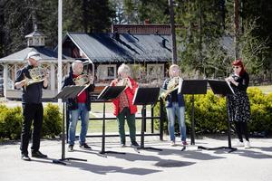 Här en bild när valthornsblåsare från symfoniorkestern spelade på Selggrensgården i april.