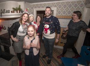I fina julekläder har Anso Österlund från Gävle, till vänster i bild, kommit tillsammans med familj som består av Joline, Cindy och John och med sig har de även Mia Österlund från Skutskär, i mitten och Ylva Ljung, Mehedeby.