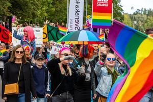 Människor i alla åldrar gick i Prideparaden. Foto: Bengt Pettersson