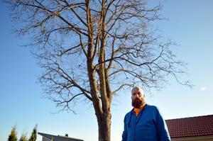 Tobias Fischer är kritisk till Säters kommuns krav på en fastighetsägare att såga av grenar som växer över grannens tomt. Okunskapen bland beslutsfattarna är stor, menar han.
