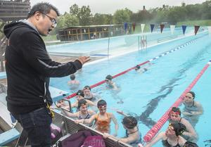 Kevin Lai har fullt fokus på ungdomarna i bassängen.