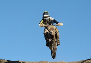 Motorcyklist flyger fram. Foto: Sören Andersson/TT