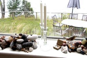 Stenarna i fönstret är minnen från resor de har gjort.