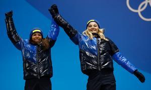Charlotte Kalla och Stina Nilsson firar silvret i lagsprinten. Foto: Patrick Semansky/AP