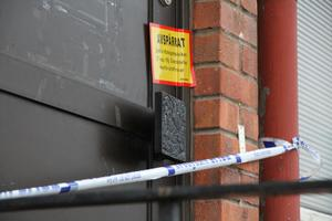 Polisen har spärrat av lokalerna och ska påbörja en teknisk undersökning när värmen sjunkit på platsen.