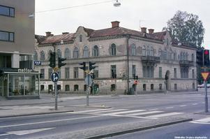 Bild 7: 1970-talet. Ledtråd: Huset är rivet och ersatt med ett nytt, där nu bland annat SVT håller till. Fotograf: Hans Andersson (Bildkälla: Örebro stadsarkiv)