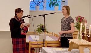Karin Bergman, från Glaukomföreningen, hälsar mötets föredragshållare, optiker Anna Dejemo, välkommen. Foto: Ulla Paulsson