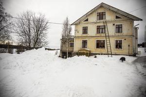 Till sommaren kommer man riva de båda utbyggnaderna på huset för att senare kunna återuppbygga dem.