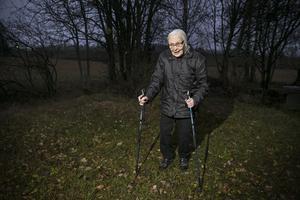 – Det är inte så härligt att gå på bilvägar, tycker Ann-Marie Persson som inte tänker sluta med skogspromenader