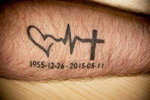På armen har Janne låtit tatuera in mammans årtal för att hedra hennes minne.