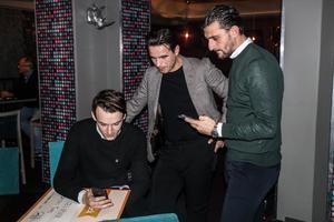 Nordin Gerzic och Agon Mehmeti snapchattar (kanske) tillsammans med en ÖSK-supporter.