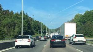 Vid 08-tiden på måndagsmorgon var det redan lång kö fem kilometer före Moraberg vilket berodde på asfalteringsarbete på E20 strax efter länsgränsen till Södermanland.