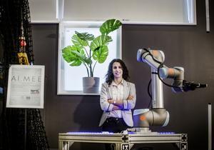 Amy Loutfi i ett av robotlaboratorierna. Hon försäkrar att likheten mellan hennes förnamn och forskningsprojektet AI.MEE är en ren tillfällighet. AI.MEE är ett regionalt samarbetsprojekt för att hjälpa företag som behöver automatisera.