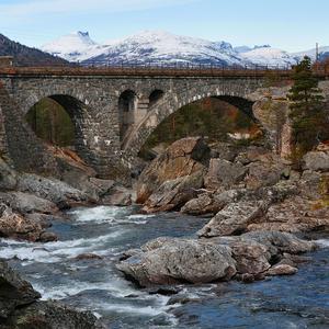 Bron på bilden ligger i Romsdalen i Norge och heter Romsdalsbrua. Fotot är taget med en Nikon D90 på våran höstsväng över till Norge. Kom iväg ett par veckor senare än vanligt så kom man upp på höjder över 800möh så var det bra före för skidor. Foto: Lars-Göran Larsson.