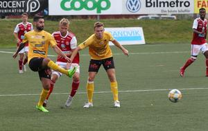 Christoffer Aspgren stoppas av Josef Ibrahim och Axel Wettéus.