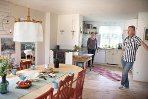 Tack vare den nya utbyggnaden har huset växt betydligt och köket har fått en rejäl matplats.