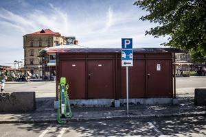 På laddplatserna finns inget krav på att bilen måste ladda under hela parkeringen, så länge den parkerade bilen är någon typ av elbil.