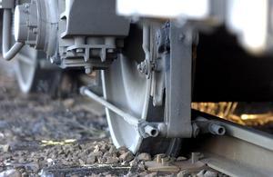 Villkoren för den som väljer tåget jämfört med den som flyger skiljer sig väsentligt åt, vilket knappast uppmuntrar till mer tågresande, skriver debattörerna. Foto: TT