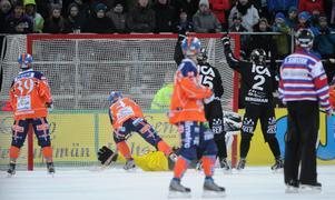 Det bortdömda målet från SM-finalen 2011. På tilläggstid sätter Per Hellmyrs 6–5 efter retur från Sandvikens Joel Othén. Målet underkändes för offside. Foto: Fredrik Sandberg / SCANPIX