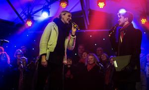 Fjolårets Lyslördag i Sundsvall är något som Sanna Nielsen har idel positiva minnen i från. Här tillsammans med Simon Urbán.