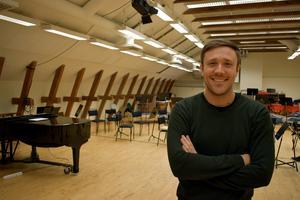 Musiken har Roberto González-Monjas haft med sig sedan barndomen. Han studerade vid Mozarteum University of Salzburg och har dirigerat orkestrar bland annat i Schweiz, Italien, Frankrike och Tyskland, samt är flitigt anlitad som solist.