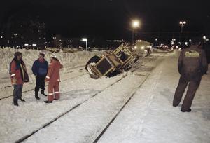 En lastmaskin fastnade mellan järnvägsspåren. Foto: Stefan Tkatjenko