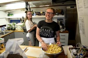 Två av ungdomarna var nere och lagade middag till hela besättningen. Från vänster: Ola Rodakowska, Polen, och Molly Whitney, Skottland.
