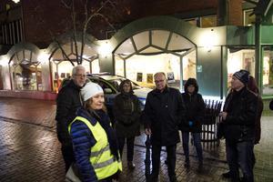 Trygghetsvandrarna i centrum pekade på att det är mörkt i Söderhamn.