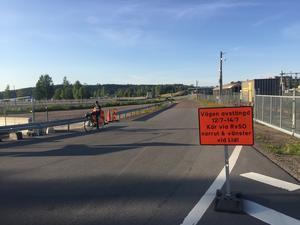 Gatuchefen har hållits ovetande om varför Kajvägen stängs av men kommunens miljöchef har full insyn i det miljöprojekt som nu drar i gång.