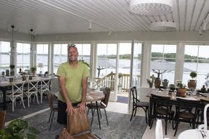 Pelle Lydmar i sjökrogens matsal som inretts för att likna ett vardagsrum mer än en klassisk restaurang.
