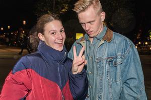 Foto: Jakob Svärd. Sandra Duic och Theodor Engström tyckte att det var lite väl regnigt under Kulturnatten.