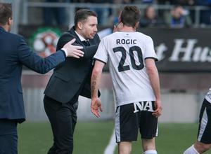 ÖSK-tränaren Axel Kjäll och Filip Rogic.