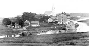 Gamla sjukhuset närmast ån. Bild: Lindesbergs kommuns kulturhistoriska arkiv.